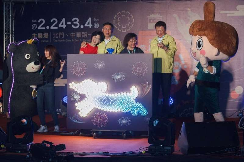 20180304-台北燈節倒數第2天,市長柯文哲與夫人陳珮琪帶領著民眾相互擁抱。(台北市政府提供).jpg