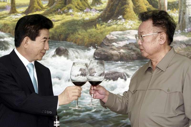 2007年10月4日,時任南韓總統盧武鉉(左)與北韓最高領導人金正日在平壤舉行高峰會(AP)