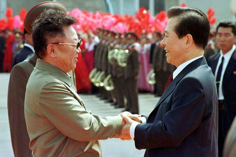 2000年6月13日,時任南韓總統金大中(右)與北韓最高領導人金正日在平壤舉行高峰會(AP)