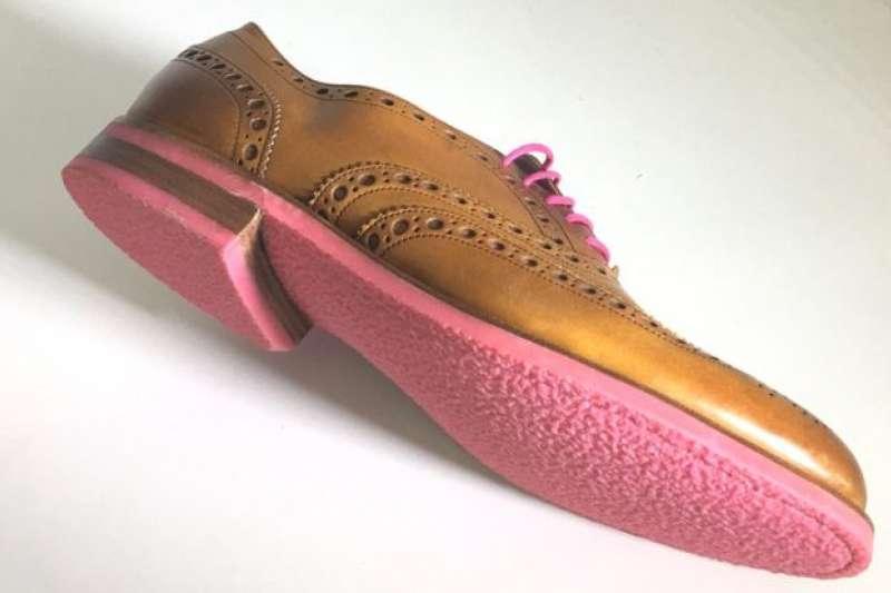 一腳踩到口香糖很討厭,但用口香糖肥料加工再造,變成口香糖鞋底呢?(BBC中文網)