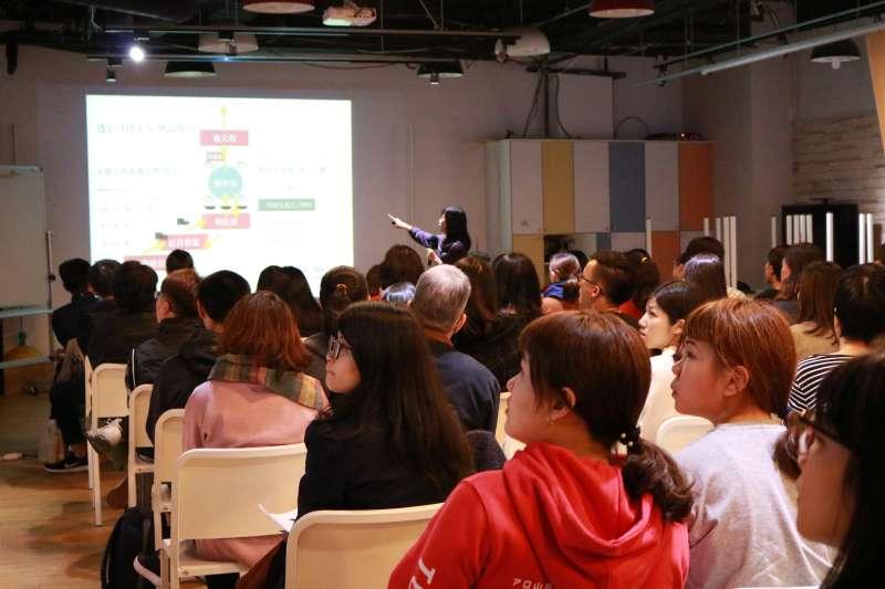 獨立撰稿人陳映妤6日出席「逐浪世代」講座分享自己的採訪經歷,吸引許多學生、社會人士參與。(Skyline-國際機會平台提供)
