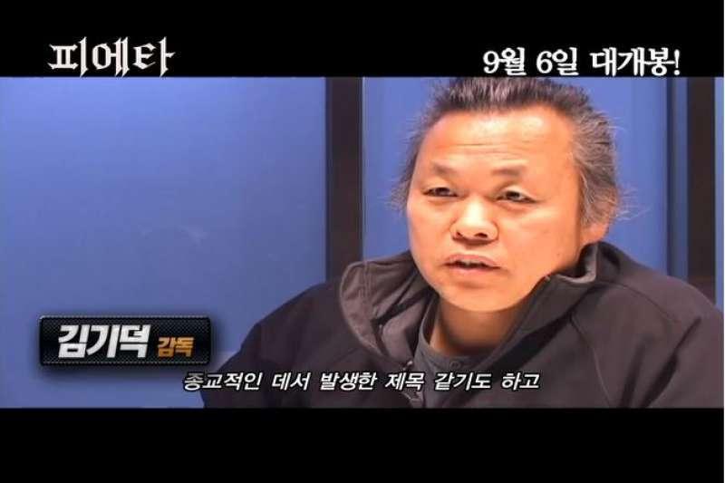 南韓知名導演金基德近日被女演員指控施暴、性騷擾。(翻攝金基德專訪影片)