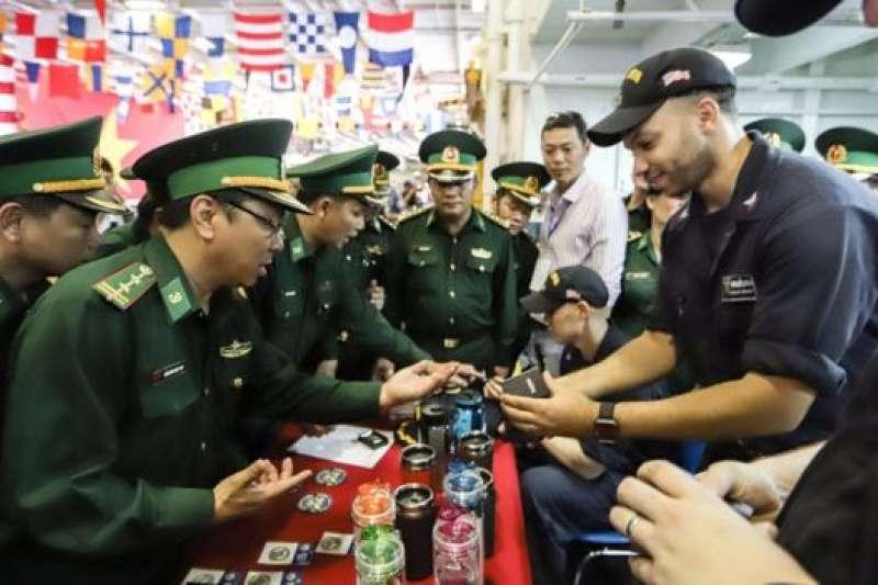3月5日,卡爾文森號航母開始停靠越南峴港。越南軍官登艦選購紀念品。(BBC中文網)