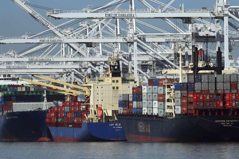 美國總統川普將對進口的鋼鐵、鋁製品分別加徵25%、10%的懲罰性關稅,全球貿易戰一觸即發(AP)