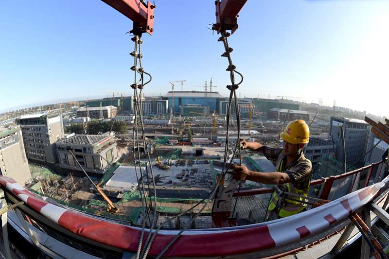 中國經濟,工人在北京建工集團城市副中心A2工程工地施工(新華社)