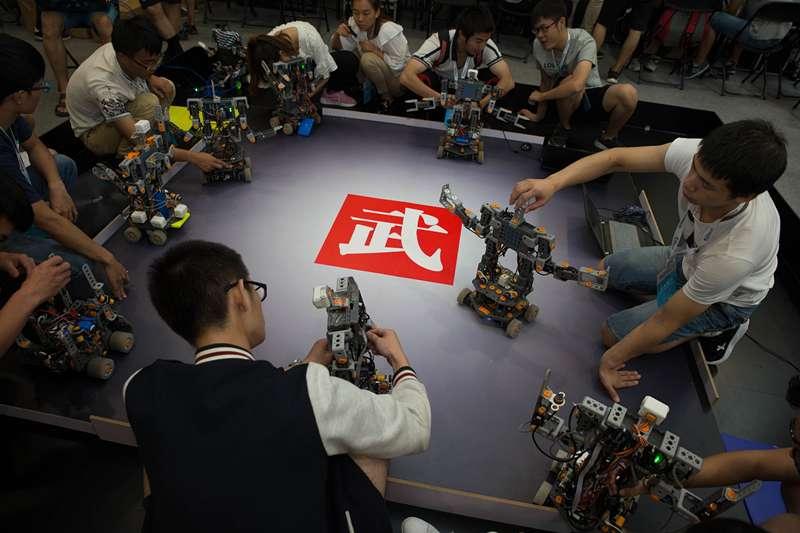中國經濟,在北京亦創國際會展中心,參賽隊員在調試格鬥機器人(新華社)