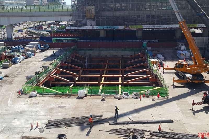 台中捷運綠線6處場站共構出入口結構體施作,今年進入高峰期,其中台灣大道與文心路口的G9-1及G9-2共構基地開挖37公尺,打破中部地區開挖深度紀錄。(圖/台中市政府提供)