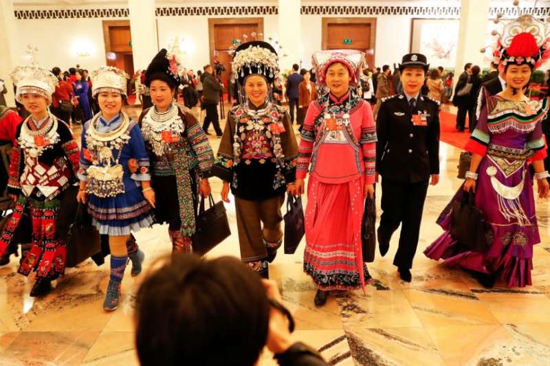 2018年3月5日在北京人民大會堂舉行全國人大會議開幕式後,穿著各民族服裝的代表們離開會場。(美國之音)