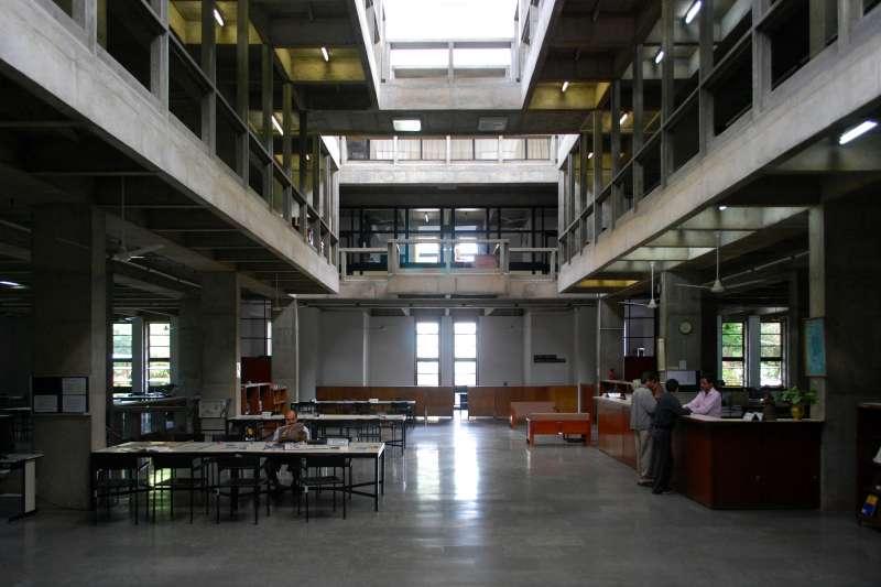 印度建築大師多西(Balkrishna Doshi)的作品,印度管理研究所邦加羅爾分校(IIMB)(Sanyam Bahga@Wikipedia / CC BY-SA 3.0)