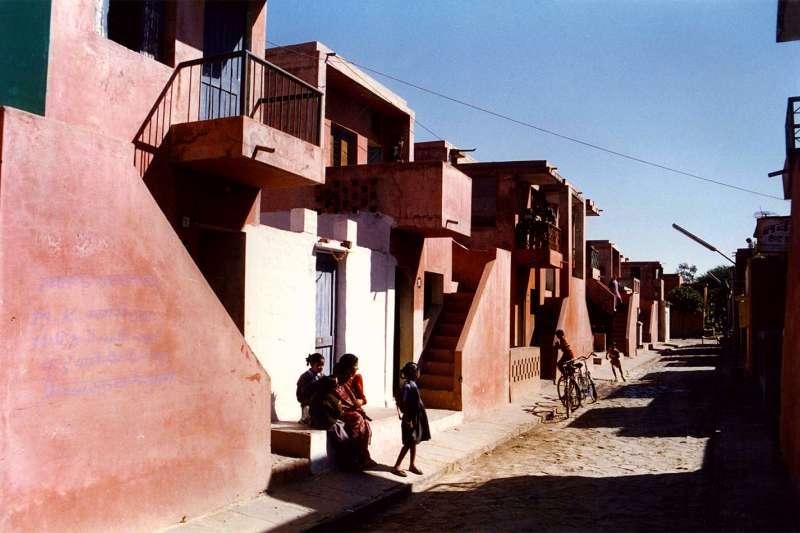 2018年第40屆「普立茲克建築獎」得主,印度社會住宅大師多西(Balkrishna Doshi)的代表作,阿蘭亞平價社區(Aranya Low Cost Housing)(AP)