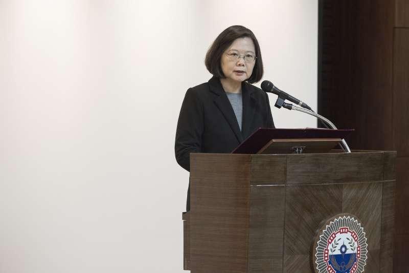 蔡英文特別感謝軍情局同仁的奉獻,並指出中共從未放棄對台動用武力,台灣整體的情報作戰能量,有必要再進一步地提升,而政府也會給予軍情局充分的支持。(取自蔡英文臉書)