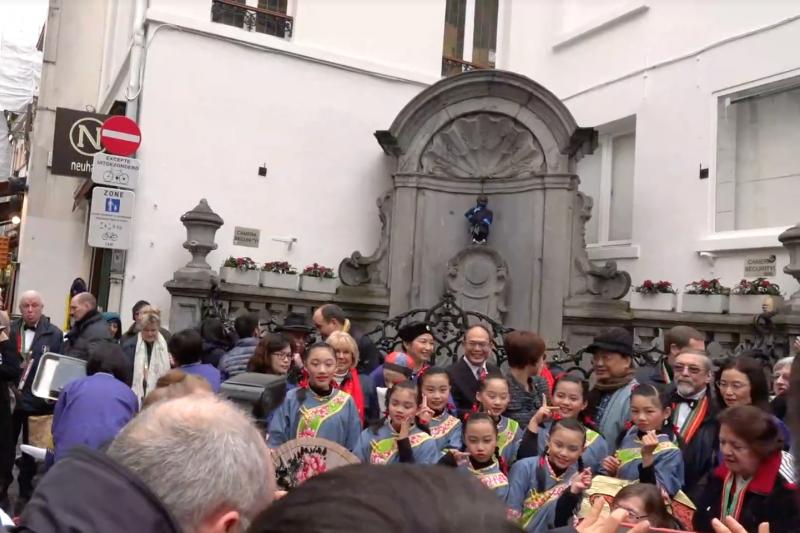 穿上客家傳統服飾的布魯塞爾尿尿小童。