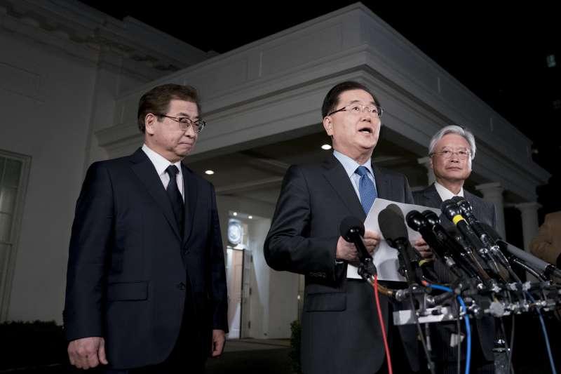 南韓總統文在寅特使、青瓦台國家安保室長鄭義溶(中)8日在華府宣布,北韓最高領導人金正恩將與美國總統川普會面(AP)
