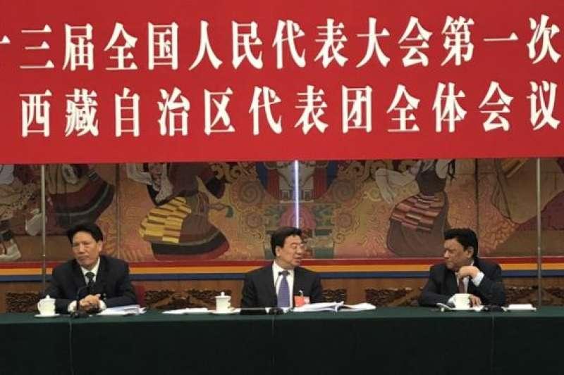 西藏代表團全體會議,中間為西藏自治區黨委書記吳英傑。(BBC中文網)