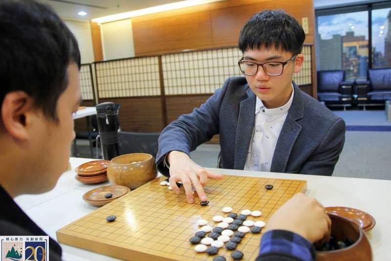 戴上眼鏡的楊博崴下棋仍然犀利。(海峰棋院)