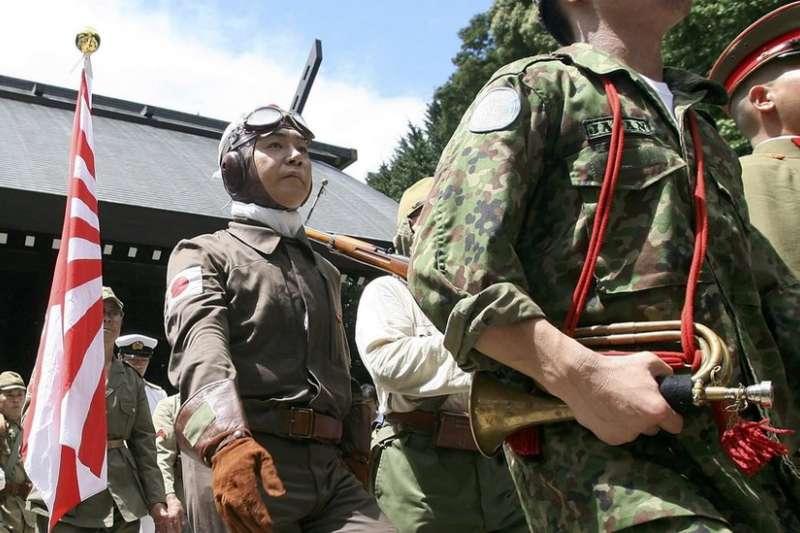 每年日本極右翼人士都會在戰敗日到靖國神社表演二戰日軍軍容。(BBC中文網)