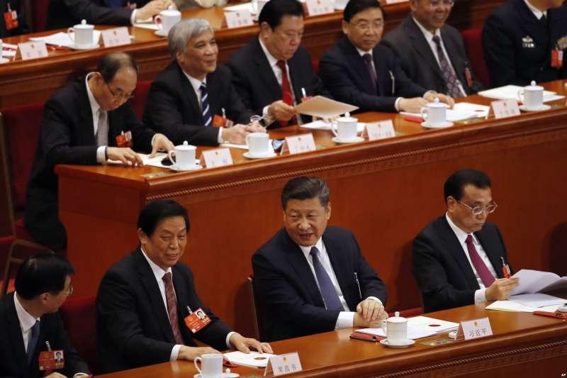 中國人大會議上的習近平、栗戰書和李克強。習近平與即將出任人大常委會委員長的栗戰書頻頻交談,但與中共黨內排名第二的總理李克強極少互動。(美國之音)