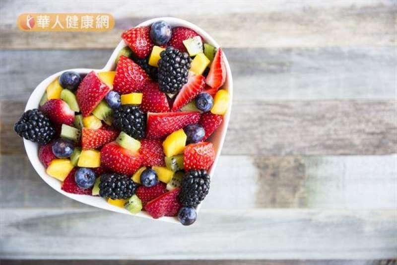 水果中豐富的果糖會干擾代謝,建議改用更高纖維、低熱量的蔬菜取代水果。(圖/華人健康網提供)