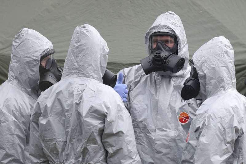 英國軍方專家調查前俄羅斯間諜斯克里帕爾(Sergei Skripal)遭人以神經毒劑暗殺案。(美聯社)