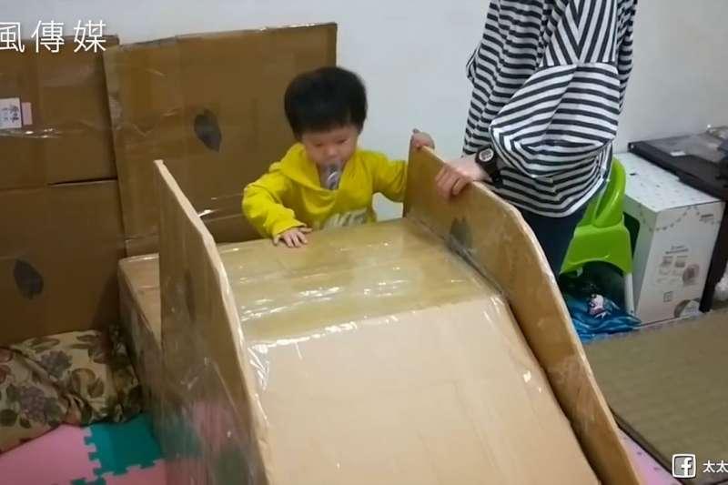 父愛好暖!為了給兒子一個大型玩具,插畫家爸爸親手製作紙箱溜滑梯!