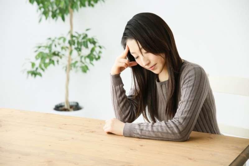 急性青光眼患者的症狀有時會被噁心嘔吐,頭痛所掩蓋。(示意圖非本人/photoAC)