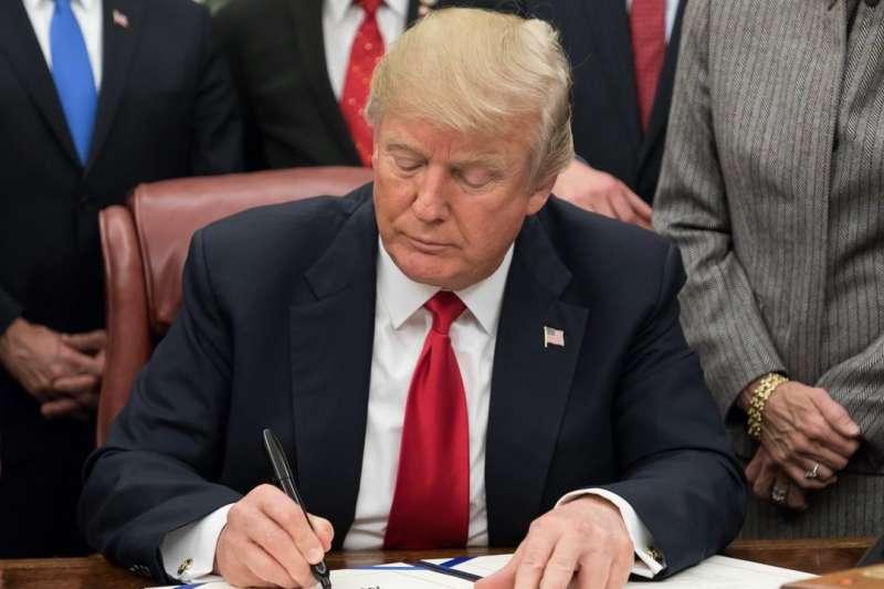 川普在白宮簽署法案。(白宮官網)