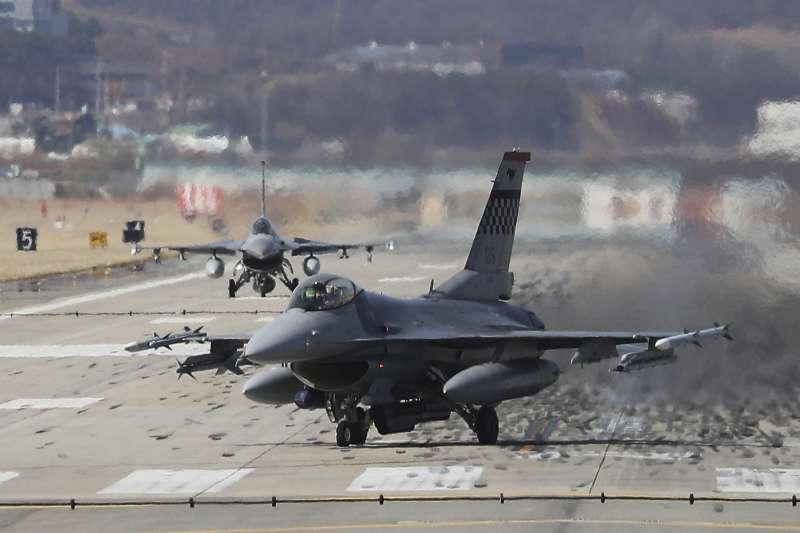 軍方高層指出,國防部已調整武器採購建案時程,從過去最短2年縮短為1年,如此也將有利配合美國對台軍售的新模式。 圖為駐韓美軍F-16戰機。(資料照,美聯社)