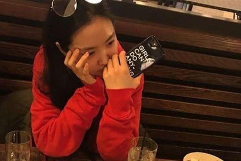 南韓女團Apink團員孫娜恩因手機殼上印有「GIRLS CAN DO ANYTHING」而被斥責是「女權主義者」。(翻攝網路)