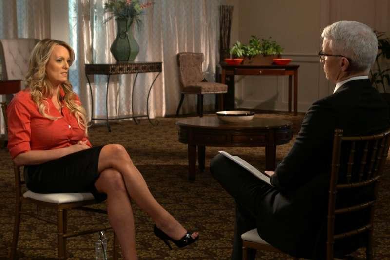 美國A片女星柯莉佛聲稱曾與川普發生性關係,她在25日接受《60分鐘》節目主持人庫柏專訪(美聯社)
