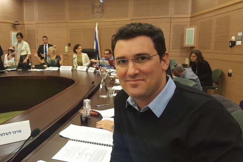 以色列若那那市新市長金茲伯格是以色列首位出櫃同志市長(翻攝臉書)