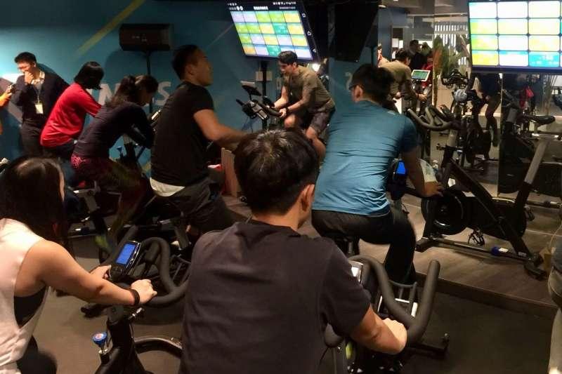 自己的運動數據依然隨著個人手機 APP 隨時隨地帶著走,無論在健身房、戶外或是在家運動,紀錄都可持續、完全不斷線。