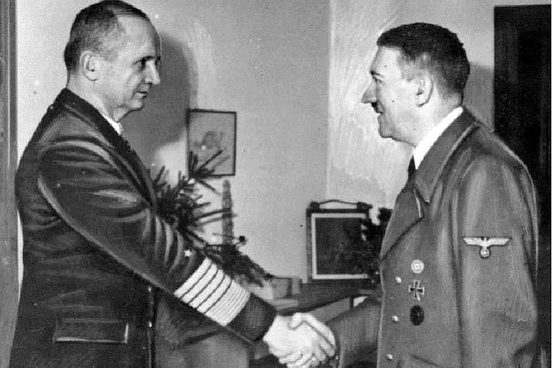 1945年,希特勒於元首地堡接見鄧尼茲。(Bundesarchiv, Bild 183-V00538-3 / CC-BY-SA 3.0)維基百科