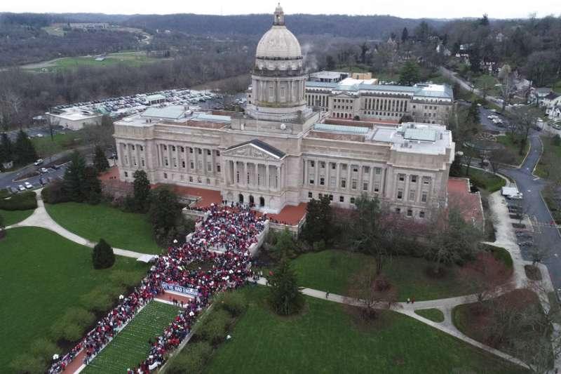 數千位肯塔基州的老師4月2日在州議會前抗議。(美聯社)
