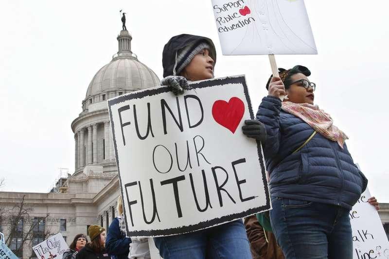 奧克拉荷馬州的老師4月2日在州議會前舉牌抗議,要求政府「為了孩子的未來撥款吧」。(美聯社)