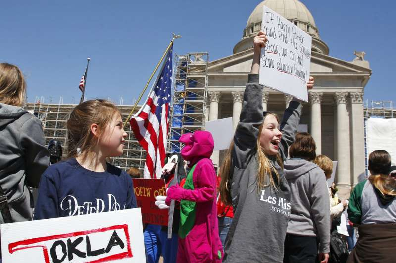 奧克拉荷馬州的小學生們4月2日也在州議會前加入老師們的抗議行列。(美聯社)