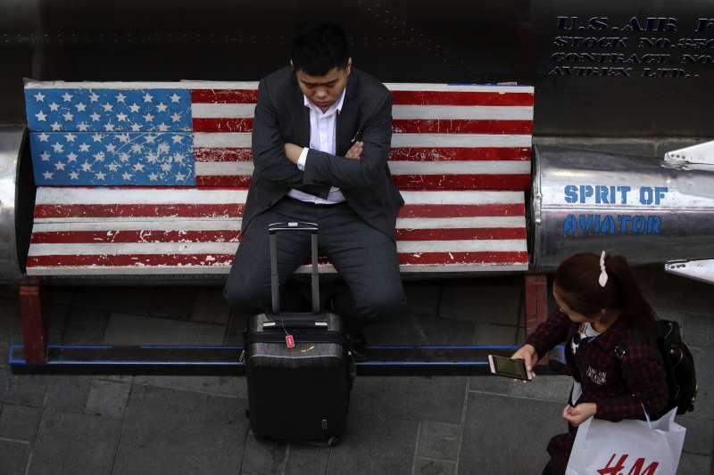 中美貿易戰開打,吉林大學教授李曉在畢業典禮講話時指出,中華民族到了新的危險時刻。(AP)