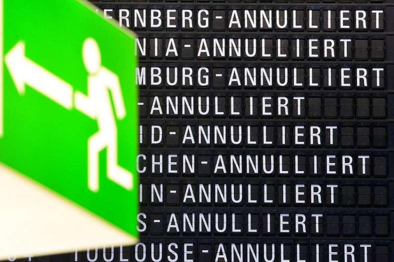 從班機時刻表上看,法蘭克福機場所有班機都因為罷工取消(annulliert)。(美聯社)