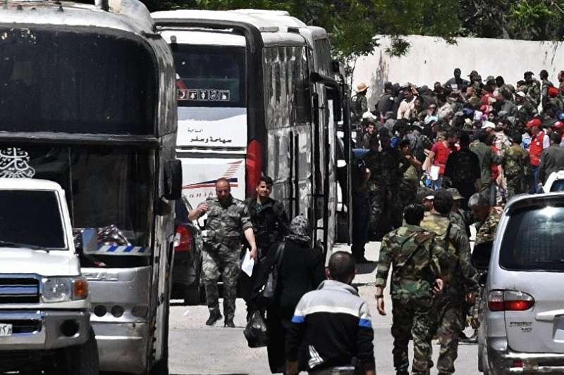 正在撤離東古塔地區的民眾。(俄羅斯衛星新聞網)
