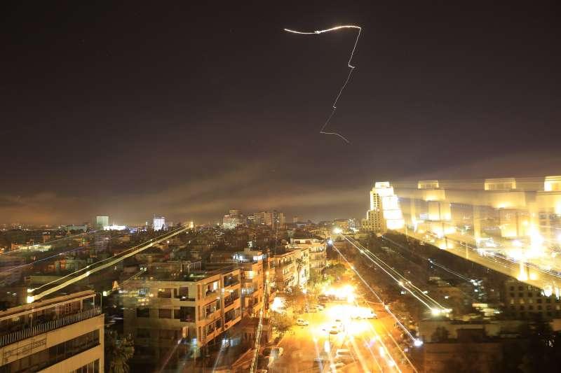 2018年4月13日,美國總統川普下令對敘利亞展開「精準打擊」行動,巡弋飛彈襲擊大馬士革(AP)