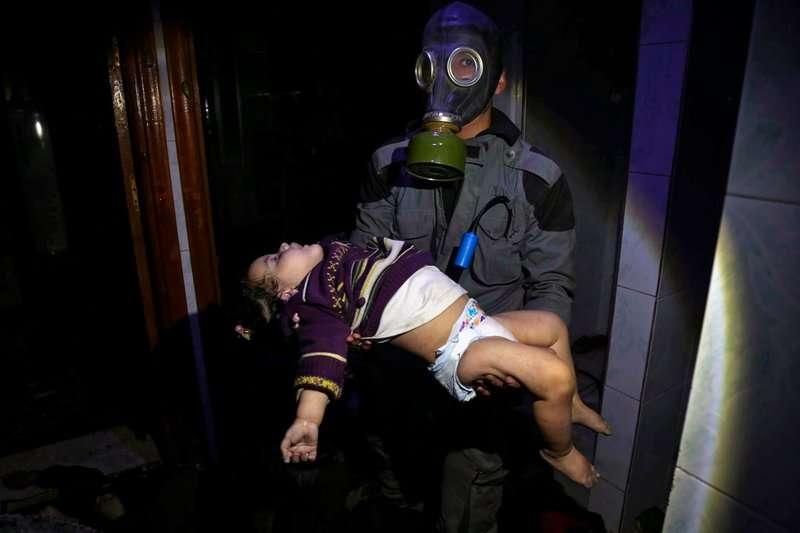 敘利亞政府軍於4月對反叛軍盤據的杜馬鎮(Douma)使用生化武器,造成無辜人民傷亡。(AP)