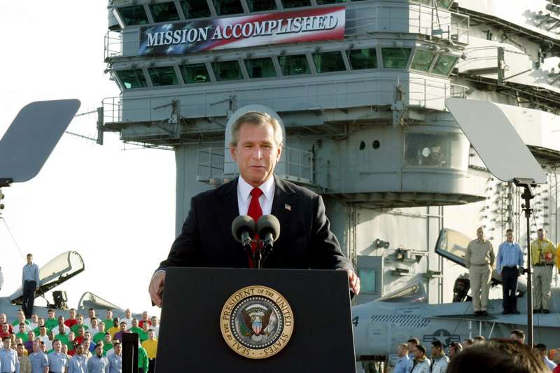 2003年5月2日,時任美國總統小布希在林肯號航空母艦上宣布,美軍攻打伊拉克「任務完成」(AP)