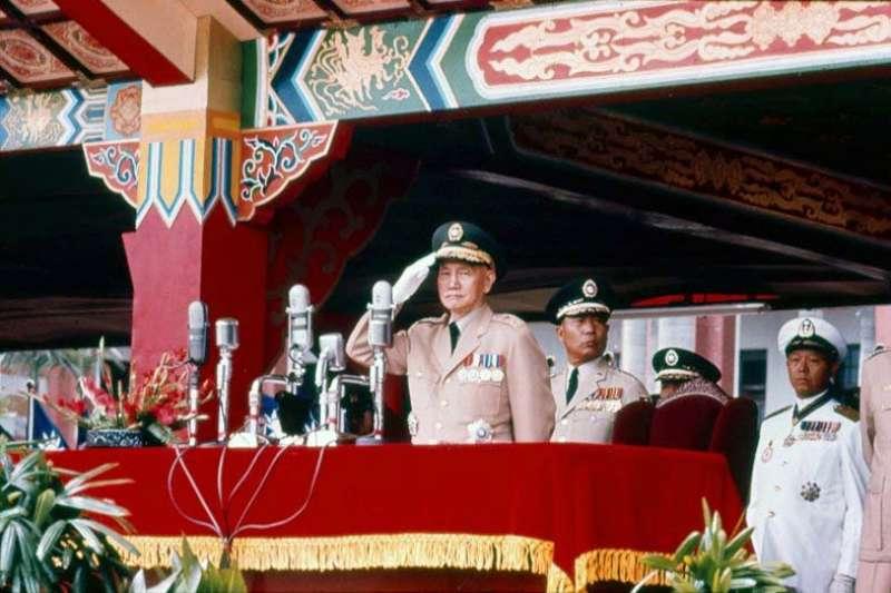 潘鳴嘯覺得1971年台灣的蔣介石政府太右派,不願意來台灣學中文。圖為蔣介石1966年參加中華民國國慶。(Wikipedia / Public Domain)