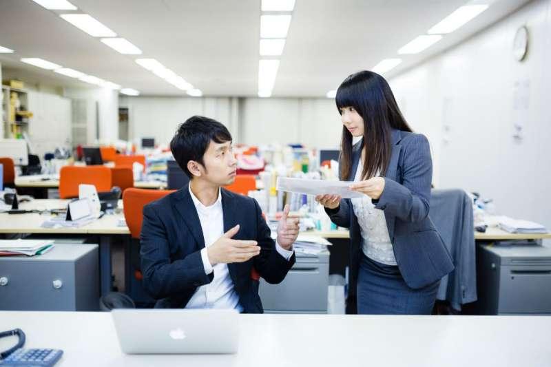 若職場溝通能力不佳,不僅容易影響工作績效,還會影響人際關係。(示意圖/Pakutaso)
