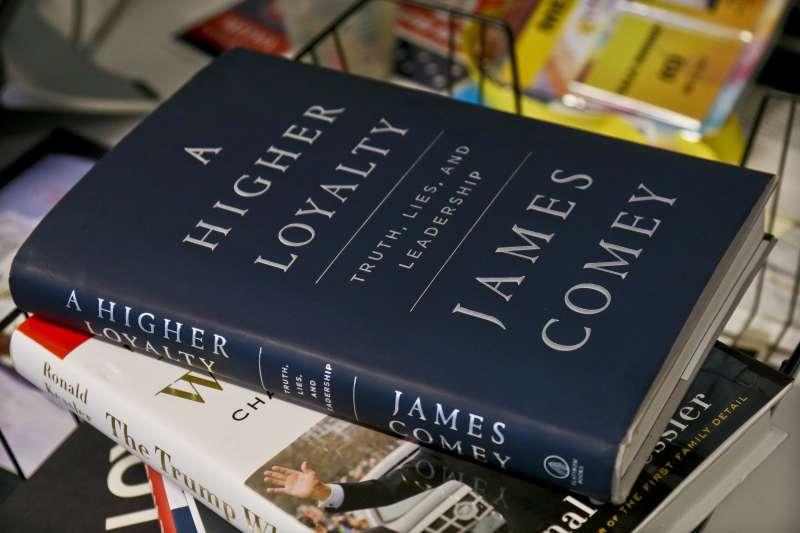 美國聯邦調查局(FBI)前任局長柯密(James Comey)的新書《更高的忠誠》(AP)