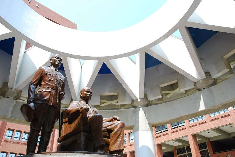 中山大學裡的孫中山蔣介石銅像。(中山大學官網)