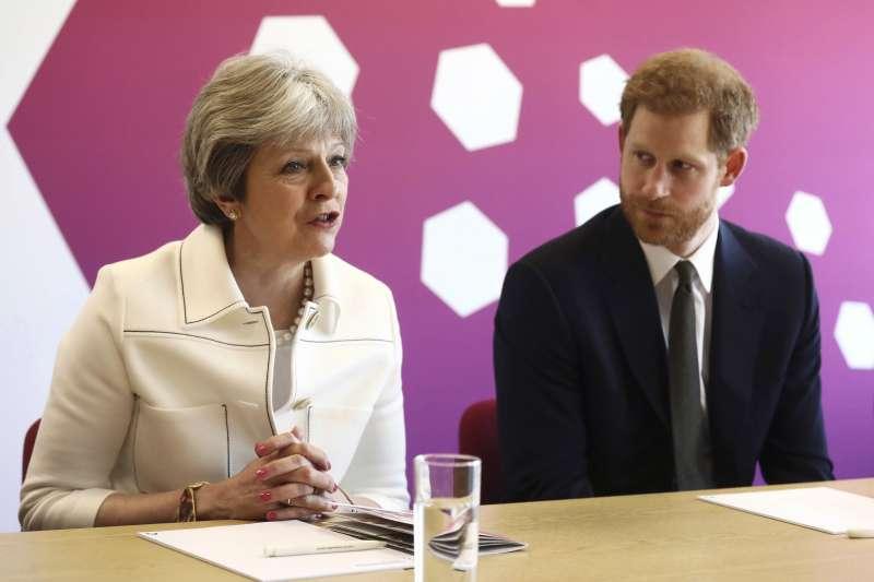 英國苜相梅伊與哈利王子在大英國協的一場會議上談話(AP)