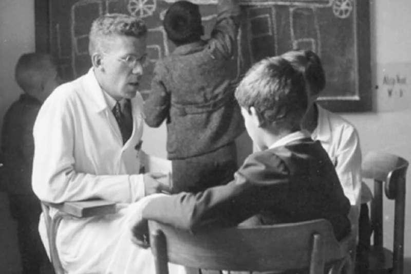 英國期刊的最新研究指出,兒童精神醫學先驅亞斯伯格(左)在二戰時期曾是納粹幫凶(取自網路)