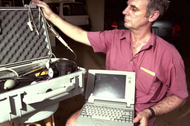 人稱「死亡醫師」的Philip Nitschke 以自製安樂死機器,執行了史上首例合法安樂死。(圖/智慧機器人網提供)