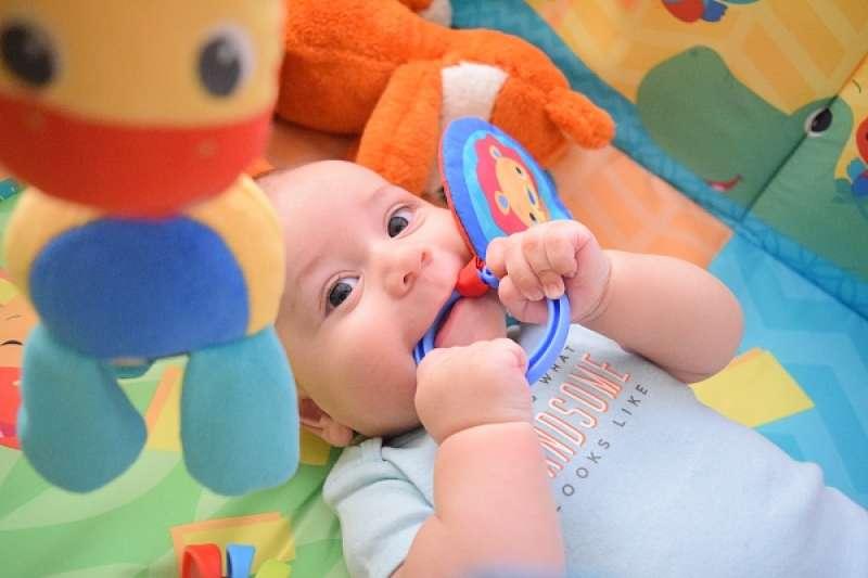 嬰兒床除了必要的被子和床墊外,不需要太多花俏的東西。(圖/澎湃新聞提供)