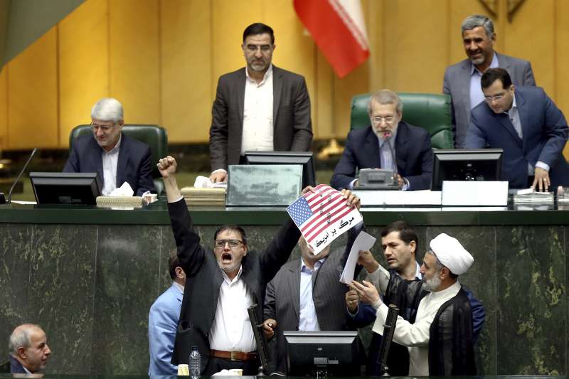 美國總統川普宣布退出伊朗核協議,伊朗議員憤怒焚燒美國國旗,高喊「美國去死」。(美聯社)
